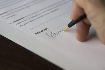 Ex-funcionária dispensada por adulterar atestado não receberá 13º e férias