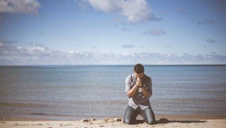 Trabalhador que entregou atestado, mas foi à praia e postou fotos é condenado